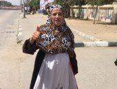 مسنة ترتدى علم مصر بعد الإدلاء بصوتها فى السلام: السيسى البطل