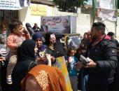 صور وفيديو .. النائب طارق سعيد ينقل الناخبين إلى اللجان الانتخابية بإمبابة
