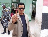 صور..حسين يوسف يدلى بصوته فى الانتخابات ويؤكد : واجب وطنى لايجب التقاعس عنه