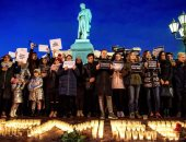 صور.. وقفة بالشموع والورود تأبينا لضحايا حادث حريق مركز تجارى فى روسيا