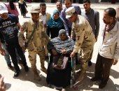 """فيديو وصور.. سيدة على كرسى متحرك تصوت بمدينة 6 أكتوبر وتؤكد: """"علشان مصر"""""""