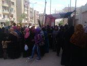 صور.. احتشاد الناخبين أمام مدرسة الشهيد عبد المنعم رياض بالدويقة