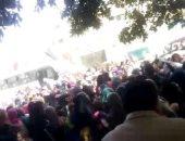 """فيديو.. زحام شديد واحتفالات على أنغام """"أبو الرجولة"""" أمام اللجان الانتخابية"""