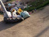القمامة تتراكم فى شوارع قرية زهرة القبلية بالبحيرة.. والأهالى يطالبون برفعها