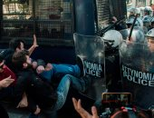 صور.. اشتباكات عنيفة بين متظاهرين والشرطة اليونانية فى أثينا