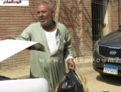 """فيديو.. """"عم محمد"""" حضر مخصوص من الصعيد لتوزيع """"رحمة ونور"""" أمام قبر العندليب"""