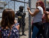 صور.. توافد المئات من الأهالى على سجن بشرق المكسيك بعد تمرد داخله