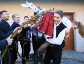 احتفل وأضربها.. الرجال فى التشيك يحتفلون بعيد الفصح بضرب النساء (صور)