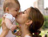 لهذه الأسباب ..احذرى تقبيل الطفل من فمه