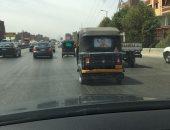 صور.. قارئ يرصد سير التوك توك على الطريق الدائرى قبل مخرج المرج
