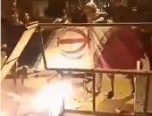 فيديو.. عرب الأحواز يحرقون علم إيران فى احتجاجاتهم الليلية
