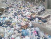 صور.. قارئ يشكو من تراكم القمامة أمام مدرسة طارق بن زياد بالدويقة