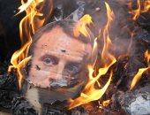 """صور.. فرنسيون يشنقون ويحرقون دُمى لإمانويل ماكرون فى شوارع مدينة """"نانت"""""""