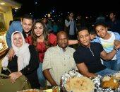 صور.. محمد رمضان بصحبة والديه فى افتتاح محل شقيقته