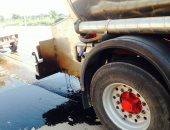 صور.. تسرب مواد بترولية من سيارة نقل على طريق الخطاطبة بمنشأة القناطر