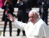 بابا الفاتيكان يزيح الستار عن تمثال يخص المهاجرين للتذكير بواجب ضيافتهم