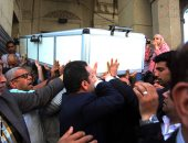 جثمان الإعلامية آمال فهمى يغادر مسجد عمر مكرم لدفنها فى الخليفة (صور)