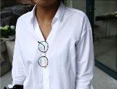 القميص الأبيض دايمًا موضة..اعرفى إزاى تلبسيه حسب شكل جسمك