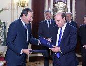 رئيس الوزراء يشهد توقيع اتفاقية تأسيس شركة لإدارة محطة متعددة الأغراض (صور)