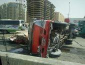 قارئ يشارك بصور انقلاب سيارة محملة بالأخشاب على الطريق الدائرى دون إصابات