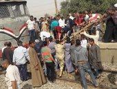 قارئ يشارك بصور لقطار يصطدم بعربة كارو اقتحمت شريط السكة الحديد بالأقصر