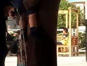 """سيدة تكبل طفلها بالسلاسل الحديدية خشية خطفه من والده وقت """"الرؤية"""""""