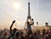 الفرنسيون يحتفلون بمهرجان الألوان أمام برج إيفل