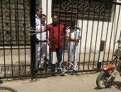 مهتز نفسيا يثير الذعر بمحاولة دخول كنيسة بالزيتون.. والأمن يسلمه للشرطة