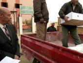 صور.. توزيع مساعدات غذائية على الفقراء من أهالى قرية النهضة بالفرافرة