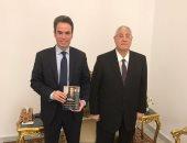 """المسلمانى يهدى الرئيس السابق عدلى منصور نسخة من كتابه """"الهندسة السياسية"""""""