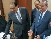 محافظ الدقهلية يزور الحاجة زينب المتبرعة بقرطها الذهبى لتحيا مصر بالمستشفى الدولى