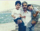 """آسر ياسين يستعيد ذكريات الطفولة وينشر صورة عائلية.. معلقا: """"الوقت بيعدى"""""""