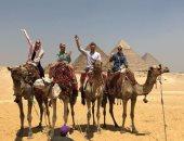 سياسى روسى يزور مصر ويلتقط صورة بجانب الأهرامات