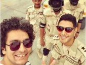"""المطرب محمد محسن ينشر صورة مع مجندين مصريين: """"الرجالة الجدعان ربنا يحفظهم"""""""