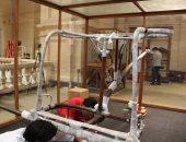 صور.. المتحف الكبير يستقبل العجلة الحربية والسرير الجنائزى للملك توت عنخ أمون