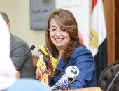 صور.. سيدة تهدى وزيرة التضامن فانوس رمضان على شكل عروسة بمعرض الحرف اليدوية
