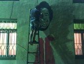 شاب يرسم جرافيتى بمركز شباب صلاح بعد حصوله على جائزة الأفضل بإنجلترا