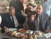 """صور.. رئيس جامعة الأزهر ونائباه يتناولون """"الغداء"""" مع طالبات المدينة الجامعية"""