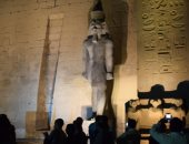 صور.. تمثالا رمسيس الثانى يعودان لموقعهما بمعبد الأقصر بأيادى أحفاده
