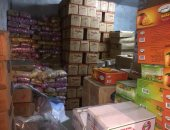 صور.. شرطة التموين تضبط 20 طن بلح وأرز مجهولين المصدر بمصر القديمة