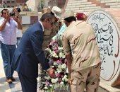 فيديو وصور.. محافظ كفر الشيخ يضع إكليل الزهور على قبر الجندى المجهول