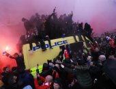 فيديو وصور.. اشتباكات بين جماهير ليفربول وروما قبل دقائق من انطلاق المباراة