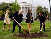 فيديو.. ماكرون وترامب يزرعان شجرة البلوط فى البيت الأبيض