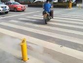فيديو وصور.. الرش بالماء عقاب مخالفة المشاة للإشارة الحمراء فى الصين