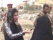 بالفيديو ..أم مكلومة بمقابر الشهداء بتعز: قتلوا أبناءنا