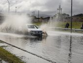 صور.. أمطار غزيرة تضرب كيب تاون بجنوب أفريقيا و تتسبب فى إغلاق طرق