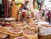 صور.. شارع الوكايل بطنطا يستعد لشهر رمضان بالفوانيس والتمور