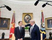 """فيديو..""""دبلوماسية القشرة"""" آخر غرائب ترامب مع ماكرون.. وميلانيا تحرج الرئيس الأمريكى"""