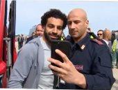 فيديو.. محمد صلاح يخطف الأضواء من الجميع فى مطار روما