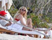 """صور.. جيسيكا سيمبسون مثيرة فى الـ""""بكينى"""" الأحمر على جزر البهاما"""